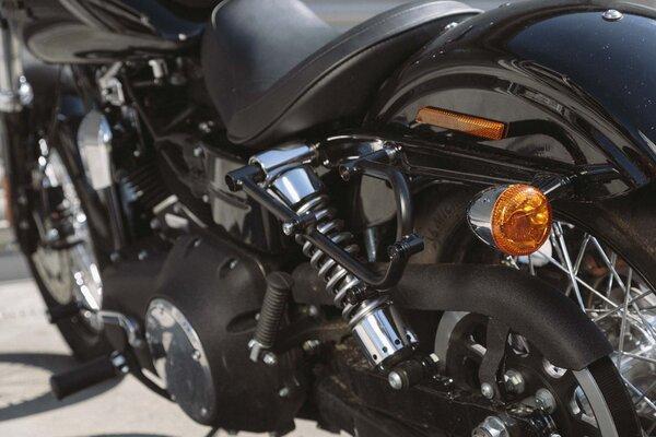 SLC Seitenträger links Harley Dyna Modelle (09-17).