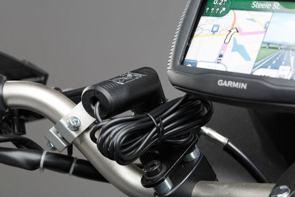 Cargador micro-USB Con enchufe de autos. Cable 180 cm. 2.000 mA, 12V.