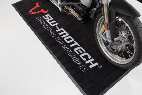 Bike-Teppich SW-MOTECH 2,0x1,0 m. Rechteckig. Schwarz. Aufdruck weiß/rot.